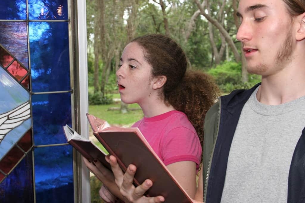 Kinderen zingen liedjes in de kerk