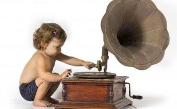 Kindje die een oude plaat opzet