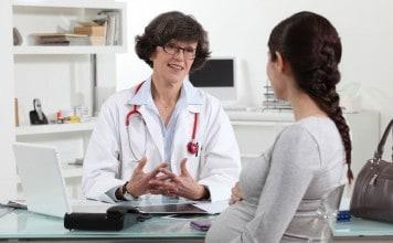 vrouw heeft afspraak bij verloskundige
