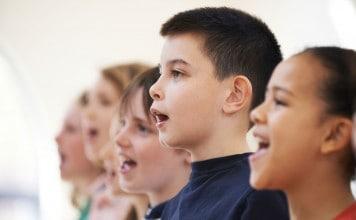 Kinderen zingen christelijke kerstliedjes