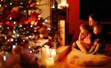 Kinderen kijken kerstfilm met moeder