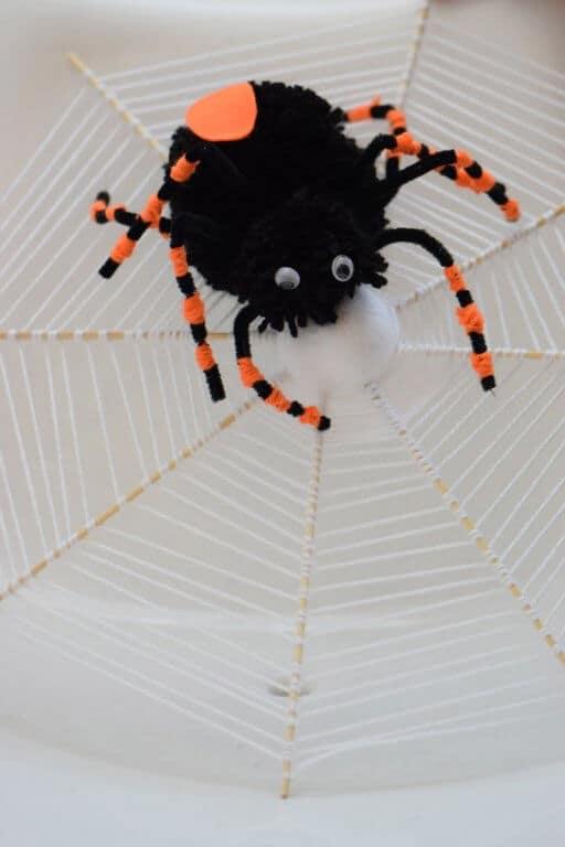Spinnenweb van wol met spin