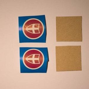 Stukjes sinterklaaspapier op karton plakken