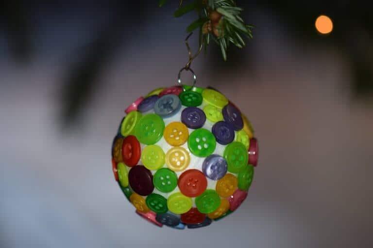 Kerstbal met knoopjes