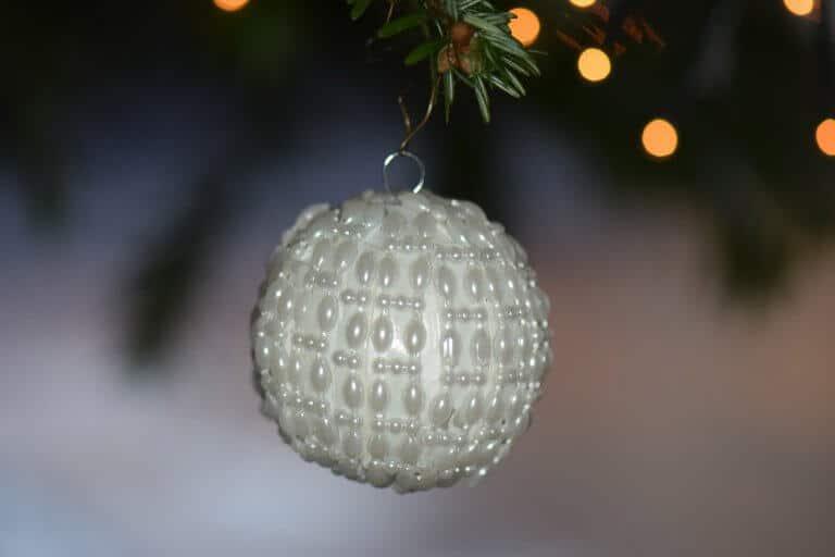 Witte kerstbal maken van kunststofsteentjes