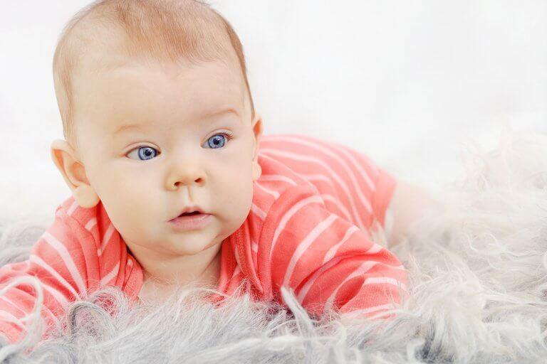 baby kruipend op de grond