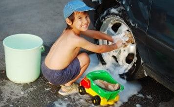 Kind helpt auto schoonmaken