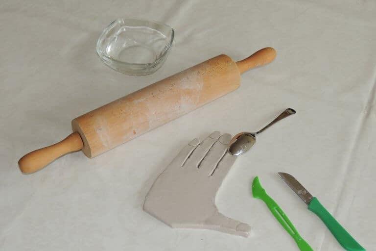 Kinderhand van klei maken