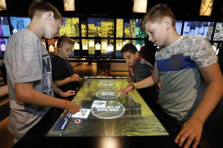 Kinderen in Nederlands Openluchtmuseum