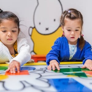 Kinderen spelen in Nijntje Museum
