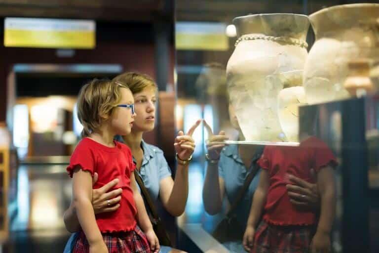 Moeder en dochter in het museum