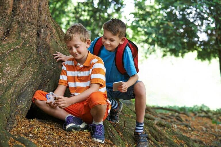 Kinderen spelen Geogame