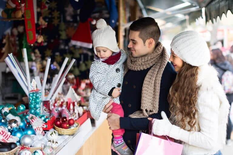 Gezin bezoekt kerstmarkt