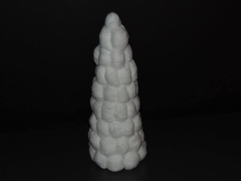 Kegel kerstboom van wattenbolletjes