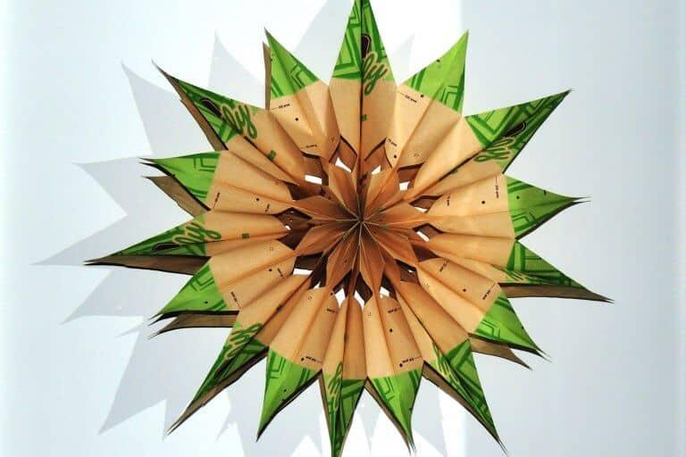 Kerstster van papieren zakken