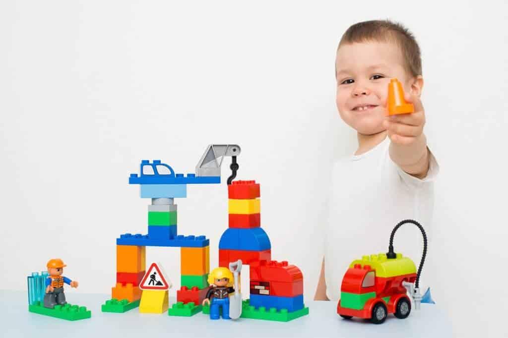 Kind speelt met Duplo