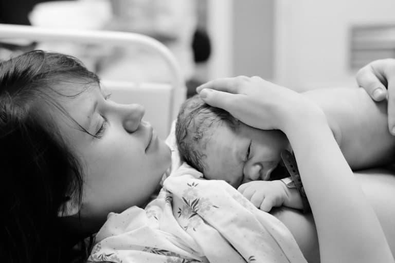 Pas geboren baby bij de moeder