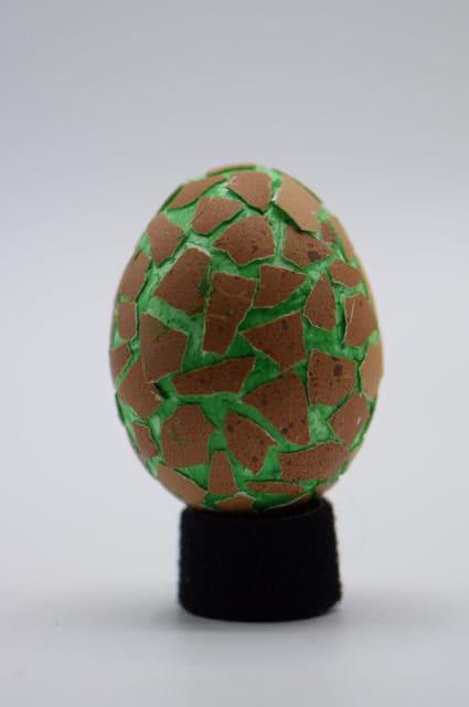 Piepschuim ei groen versierd met eierschaal