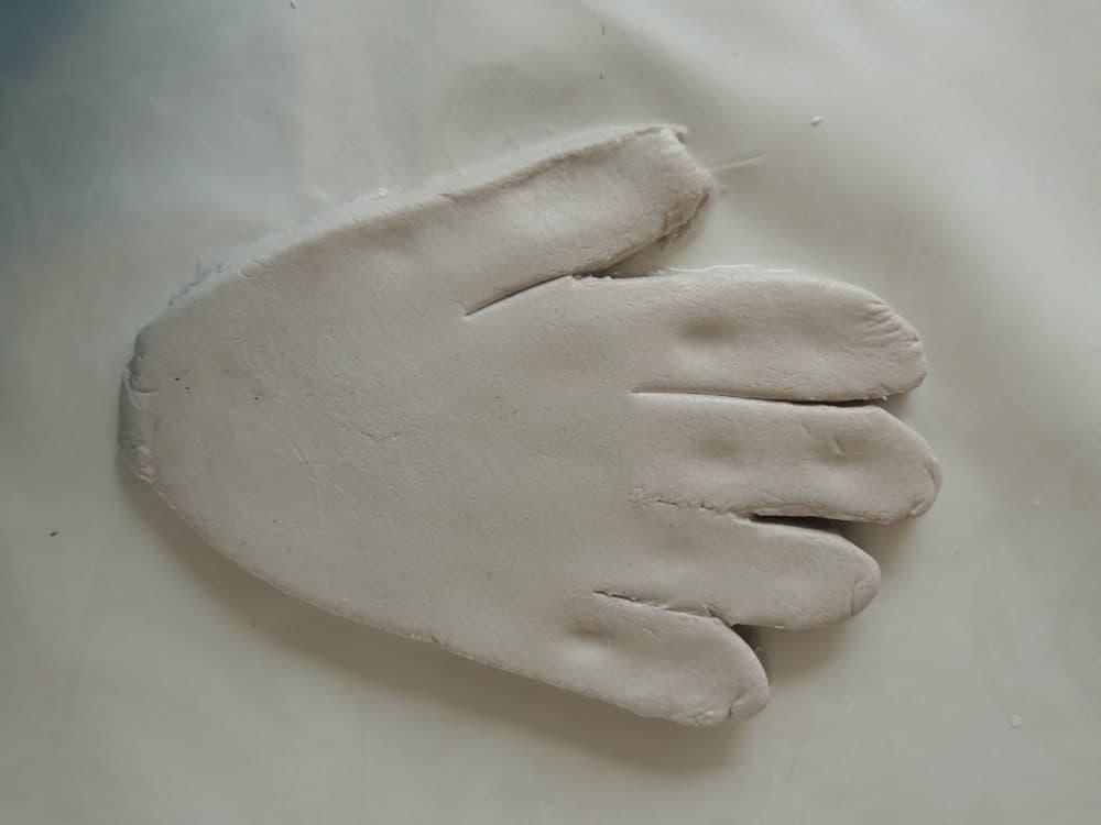 Hand van klei uitsnijden