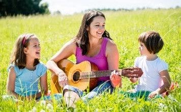 Kinderen zingen met moeder