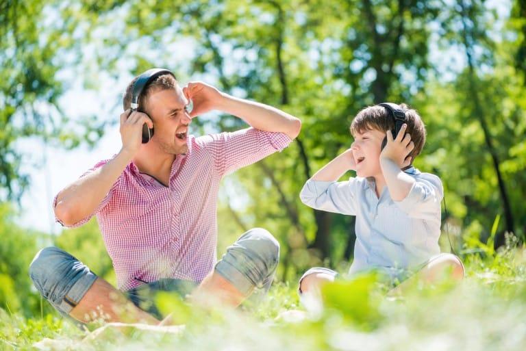 Vader en zoon zingen