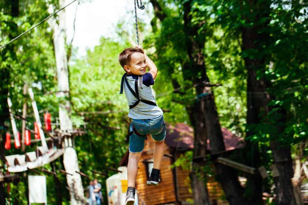 Jongen in klimbos