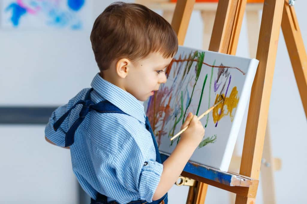 Kind schildert op doek