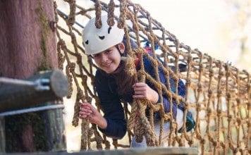 Meisje in klimbos