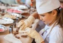 Meisje bezig met workshop chocolade