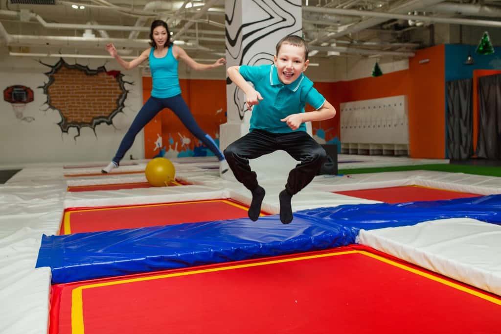 Kinderen springen op trampoline