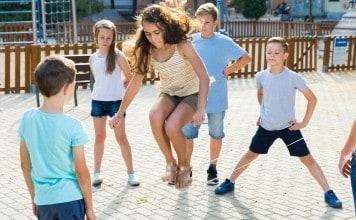 Kinderen spelen met elastieken
