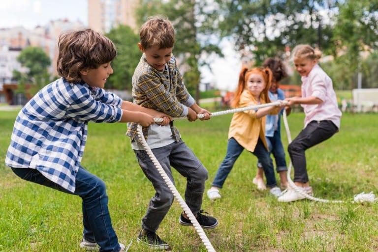 Kinderen aan het touwtrekken