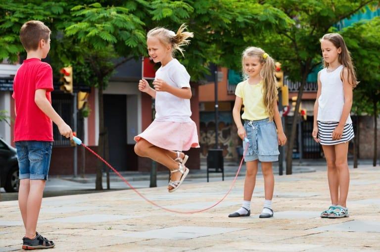 Kinderen die touwtje springen