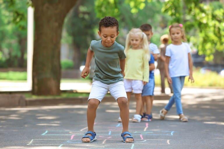 Kinderen hinkelen