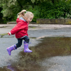 Meisje springt over plas water