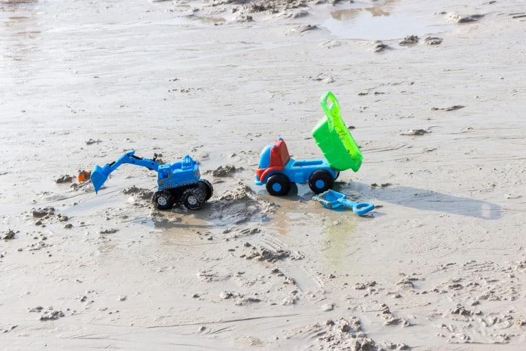 Plastic speelgoed in de modder