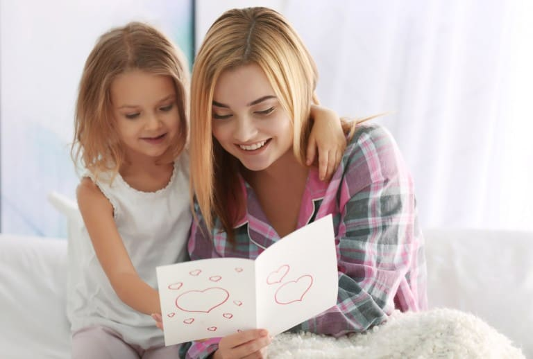 Kind geeft moeder een moederdagkaart