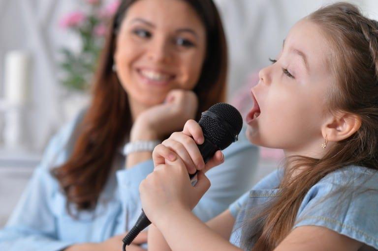 Kind zingt liedje voor moeder