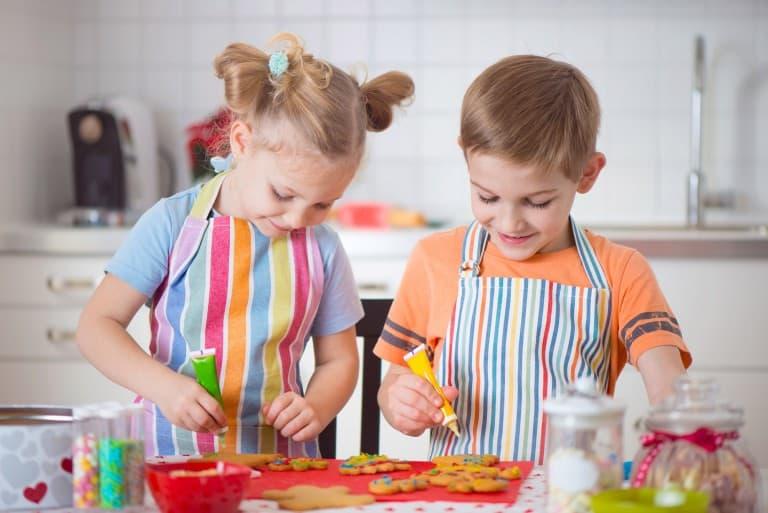Kinderen bakken koekjes