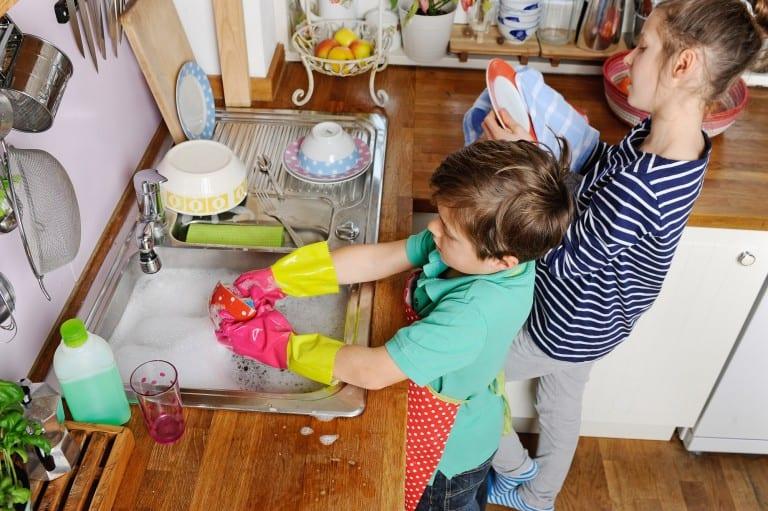 Kinderen doen de afwas