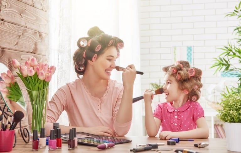 Moeder en kind samen bezig met make-up