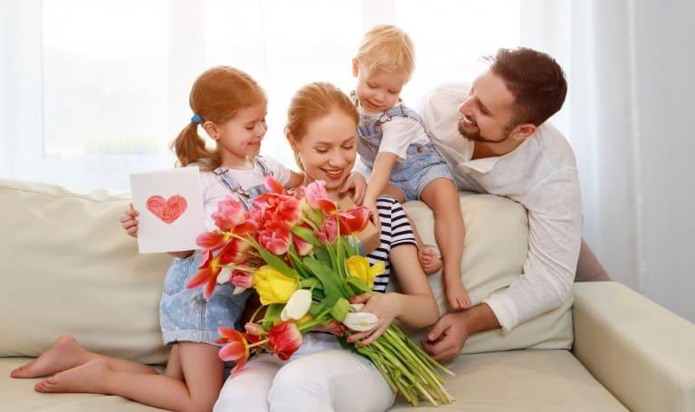 Moeder krijgt Moederdag cadeaus