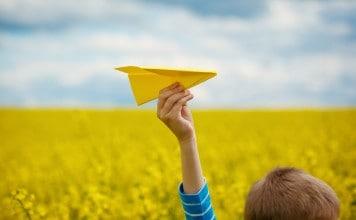 Papieren vliegtuigjes gooien