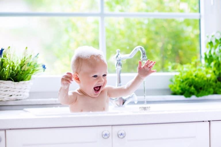 Baby in gootsteen